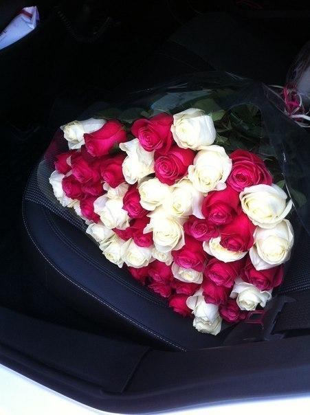термобелье розы в руках у девушки в машине фото еще один